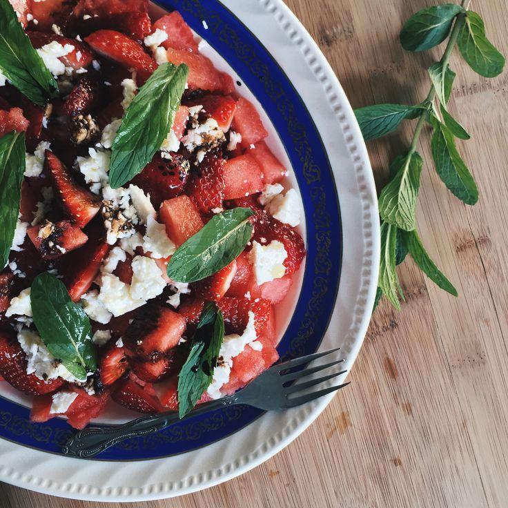 Cette salade est un classique estival dans ma famille depuis longtemps! C'est rafraîchissant, sucré-salé et vraiment pas compliqué. Honnêtement j'vous conseille même de ne pas regarder …
