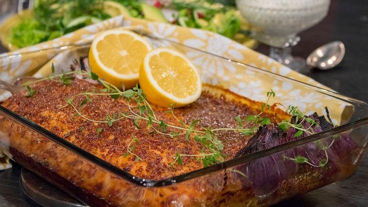 Saftig, snygg och snabblagad lax som räcker till många på påskbordet. Funkar lika bra på buffé som på tallriksservering. Kryddningen kan du variera efter vad du tycker om, jag har valt senap, chili och vitlök, men citrusskal och timjan funkar också jättebra.