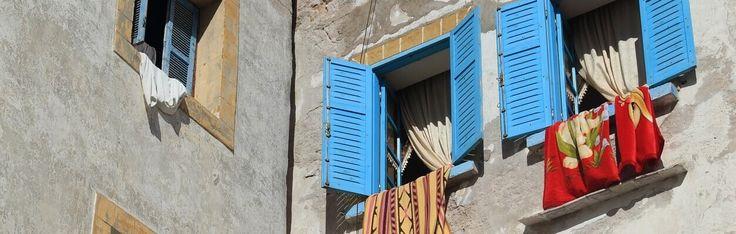 Marokkaanse theehuisjes, het Atlasgebergte, de bonte versieringen op de gebouwen, de gastvrijheid en warme temperaturen maken Marokko tot een waar sprookje. De veelzijdigheid van het land maken het land een aangename bestemming, maar zonder er ooit geweest te zijn krijg je een uiterst ontspannen gevoel van de Marokkaanse stijl. Roodtinten en zilvertinten toveren de ruimte om in het sfeervolle Marokko.
