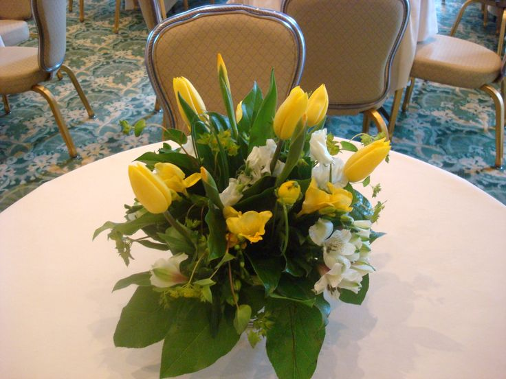 Yellows, formal dining, hotel setting.  #Flowers