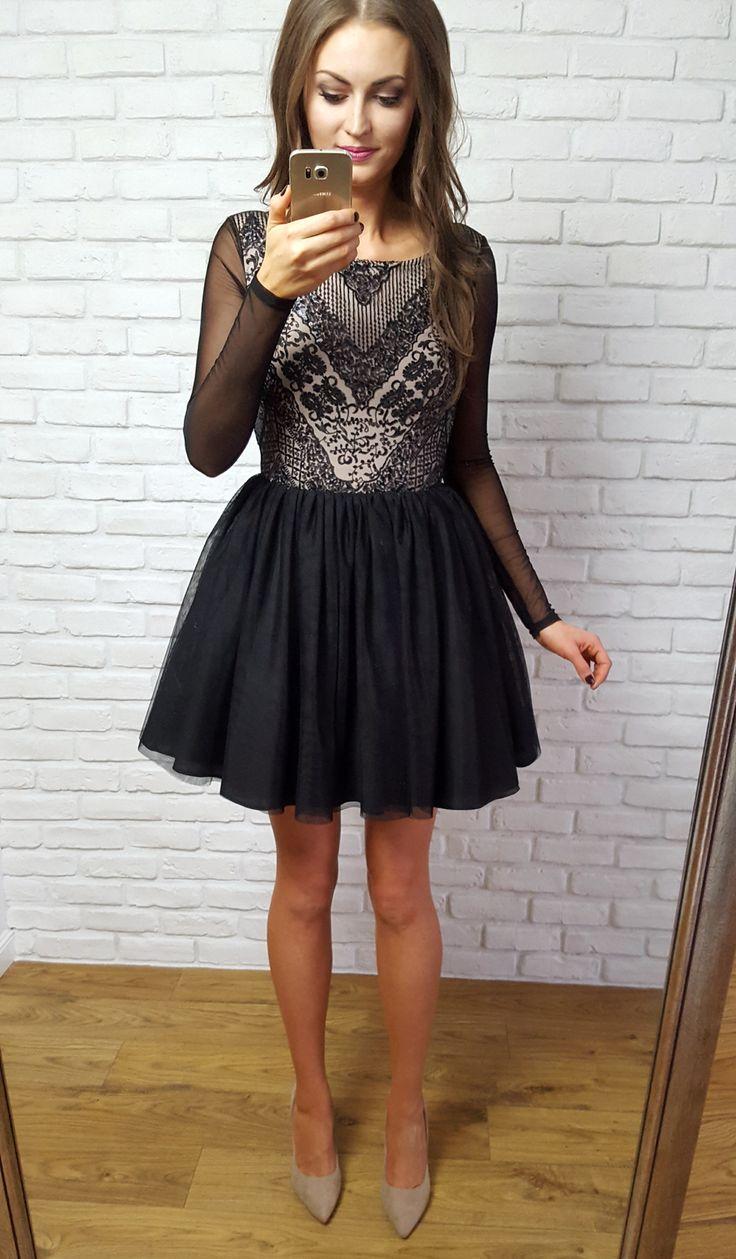 Tiulowa sukienka z czarnym dołem
