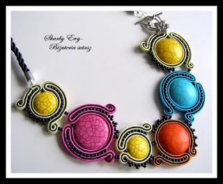 #sutasz #soutache #biżuteria #jewellery Żywiołowy i pełen energetycznych kolorów naszyjnik dla kobiet, które właśnie biżuterią dodają sobie oryginalności i klasy