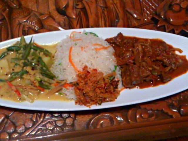 レシピとお料理がひらめくSnapDish - 3件のもぐもぐ - チキンカレー、野菜カレー、ココナッツのサラダにタイマイ by deric anjelo
