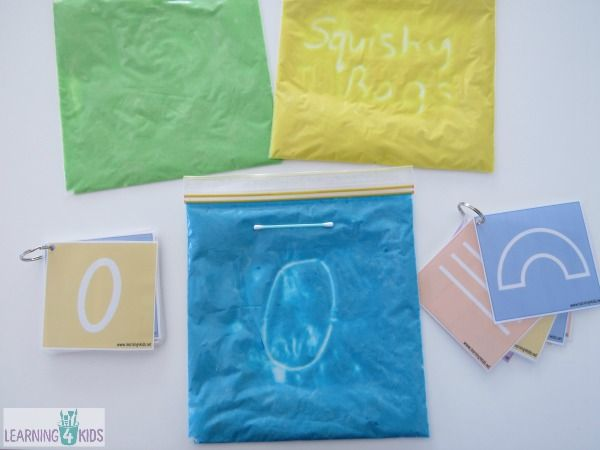Мягкие сумки идеально подходят для сенсорные игры без лишних сложностей. Они дешевы и легко сделать, и вашему ребенку понравится управлять и играть с ними.  Мягкий мешок идеально подходит для практикующих буквы, цифры, имя, письма, рисунки, формы и слова. Ваш ребенок может тренировать руки и движениями пальцев по предварительной записи разработки в мягкий мешок.  Есть так много различных способов сделать мягкие сумки, я видел, как другие используют клей, краска, гель для волос, детское масло…