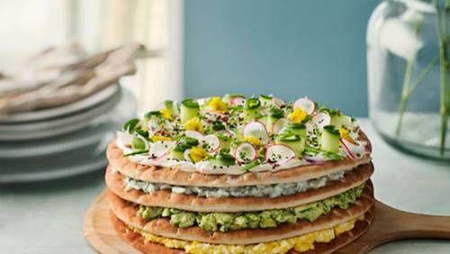 Fira Sveriges nationaldag med en fräsch smörgåstårta. Här är tv-profilen Siri Barjes egna recept. – Smörgåstårtor är inte bara för pensionärer. Smörgåstårta är ju sjukt gott och vä…