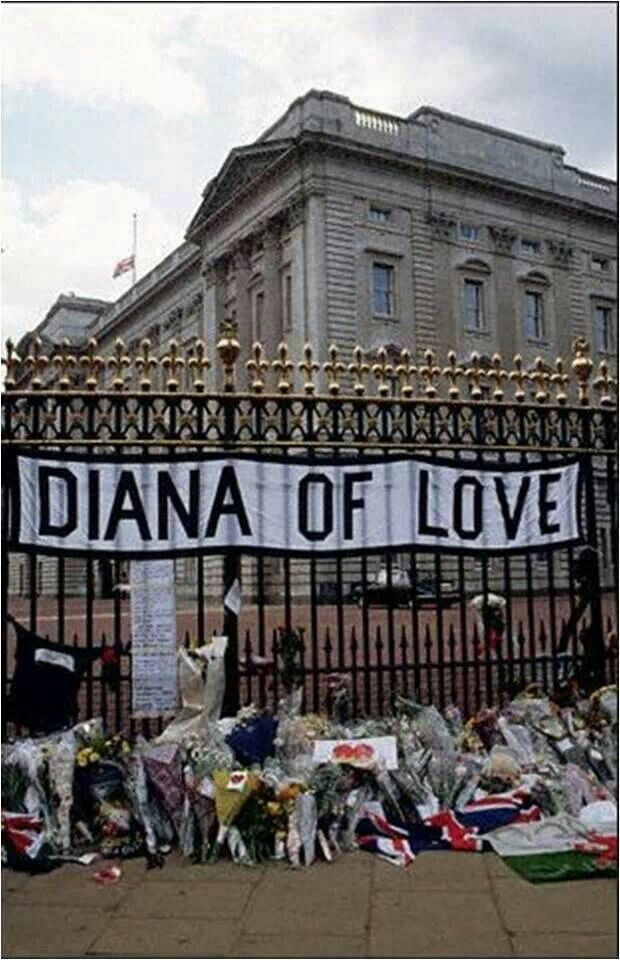 Photo outside of Buckingham Palace on the day Diana died.