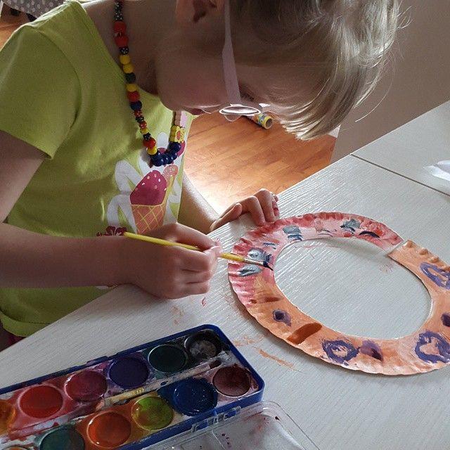 Tworzymy afrykańskie naszyjniki #afryka #naszyjnik #biżuteria #papperplate #kidscrafts #papieroplastyka #papierowytalerz #dzieciecatworczosc