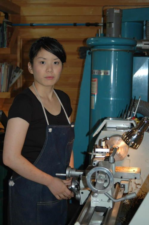 Yuki Tokutomi is the daughter of master carver Hiro tokutomi.  Yuki started making pipes in 2005 but for the moment she has taken a break in pipemaking.  Since 2012, she is back making pipes again.