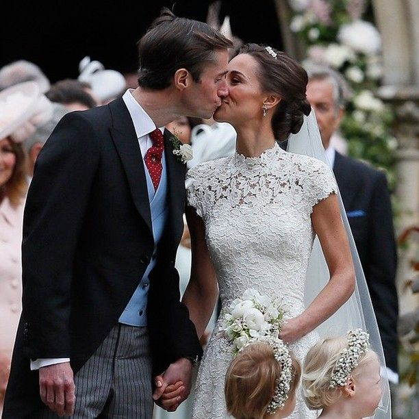 Officially wedded!!!Congratulations to the wonderful couple! Was it worth covering spending in Saturday night in to cover this the answer is always a YES!!!!!#weloveweddings#weddedwonderland#Repost@weddedwonderland#lelelelele#realsimple #pippamiddleton#royalwedding #afp #reutersphotos #reuters #katemiddleton #william @weddedwonderland#Félicitations!!!!!!!!!!Ce 20 mai à Englefield à l'ouest de Londres a eu lieu votre sublime mariage !!!!!!!On vous souhaite tout le bonheur du…