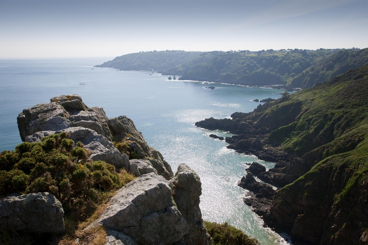 Guernsey's splendid south coast is the perfect place for walking, discovering hidden beach coves, admiring the wildflowers, kayaking or just sitting while gazing at the incredible sea view!