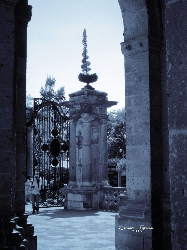 Entrada principal castillo Chapultepec. #ImagenesDeMexico #FotografiasCDMX #ImgenesCDMX #FotografiasDeMexico #StreetPhotography #BlackAndWhitePhotography