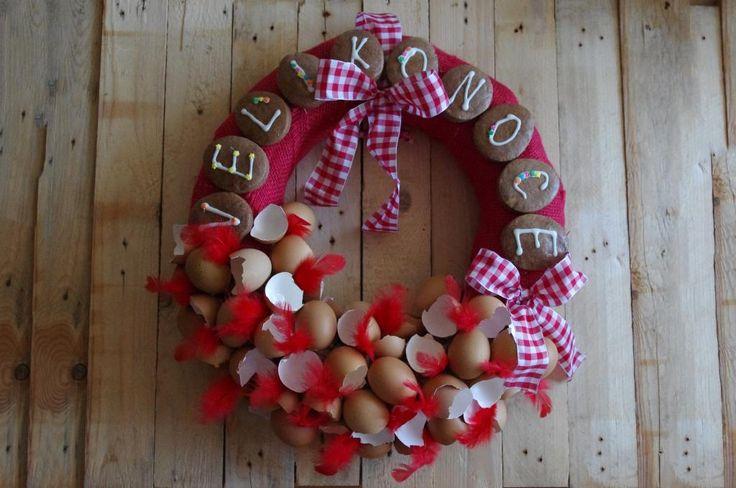 Perníkový velikonoční věnec - Dominantou tohoto velikonočního věnce je nápis z perníčků. V dolní části pak skořápky a červená pírka. Vše je na korpus přilepeno tavnou pistolí. ( DIY, Hobby, Crafts, Homemade, Handmade, Creative, Ideas)