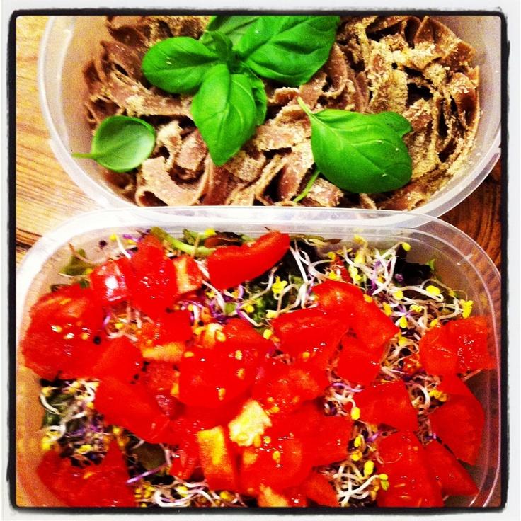 Salad to go + speltpasta met edelgist