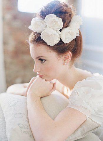 大輪の花をいくつも飾って華やかに仕上げています。お団子の周りにランダムにお花を飾った、どこか抜け感を感じさせるパーティヘアが素敵。