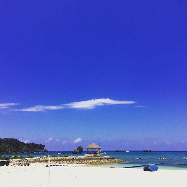 #雨 ☔️ 今日はあいにくのどんより空 午後から 息子試合のため⚽️ 晴れろ✨と願いを込めて〜 いつかの青空  #sunday #weather #rain #cloud  #bluesky #blue #whight #okinawa #sea #beautiful  #青空写真 で#テンションアップ ❤️ #カコソラ #天気 #雲 #空 #沖縄 #綺麗な海  #素敵な場所 #行きたい場所