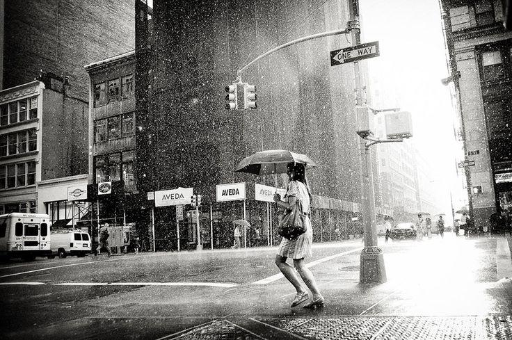 "Street Photography: ""Rain on the 5 th Avenue"" di Luke Bhothipiti"