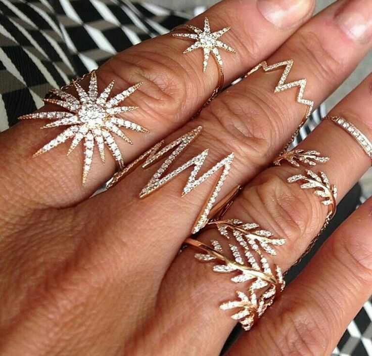 It's the little rings that count. Adorn your fingers with the freshest selection of midi rings, ring sets and statement finger rings at Adornmonde. Swarovski crystals, 925 silver and cubic zirconia - quality and design come together at last. Now there is no excuse not to dress up your digits - your fingers will adore you for it!