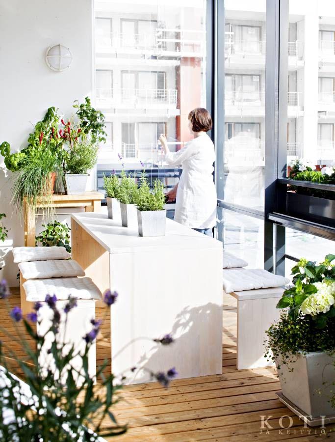 Ruokapöytä ja penkit on tehty itse massiivipuulevystä ja käsitelty valkoisella puuvahalla | Minimalistin keidas | Koti ja keittiö | Kuva Kirsi-Marja Savola
