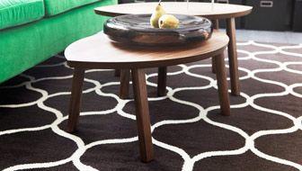 IKEA-stue med brunt teppe og settbord i valnøttfiner
