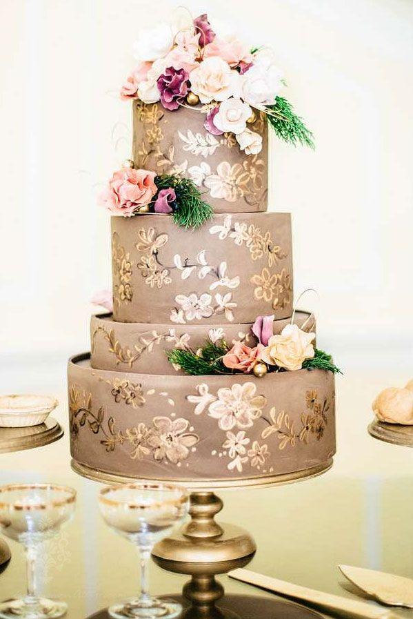 Elegante tarta de boda decorada con tonos en oro ¿qué opinas?