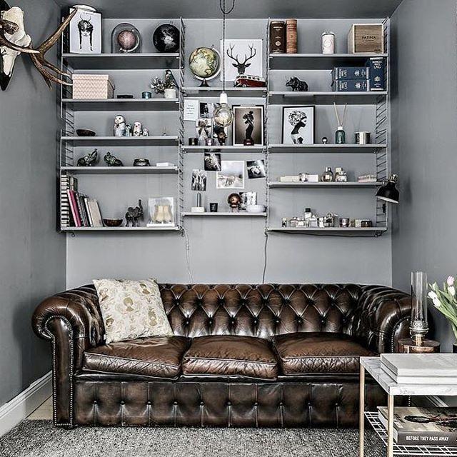 De zithoek in deze kleine woonkamer is super leuk en knus ingericht! Zie link in bio. #woonkamer #livingroom #wohnzimmer #vardagsrum #chesterfield #interieur #interior #bolig #scandinavian #scandinaviandesign