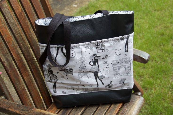Voici le sac que j'ai réalisé, en atelier, avec Valérie : il a une grande pochette élastiquée sur le devant pour y ranger mon chantier Et à l'intérieur : une pochette pour mon portable, une autre pour mes clés et de l'autre côté une autre pochette fermée...