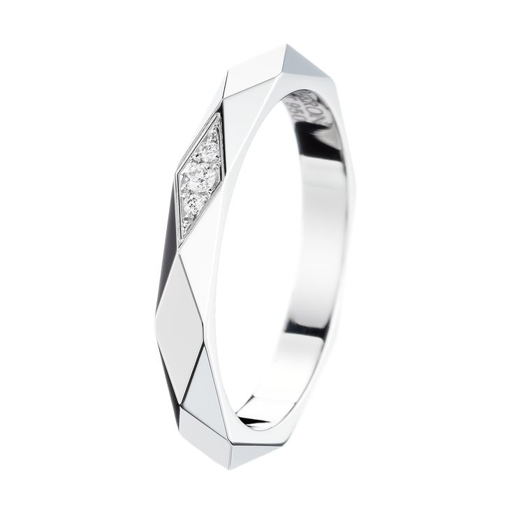 Facette Platinum Wedding Band, a Maison Boucheron Bridal creation. A Boucheron creation tells a Story, that of the Maison and your own.