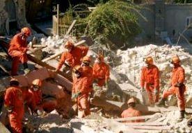 26-Apr-2015 15:11 - NEDERLANDS HULPTEAM NAAR AARDBEVINGSGEBIED NEPAL. Een Nederlandse reddingsploeg vertrekt aan het begin van de avond vanuit Eindhoven naar Nepal. De Nederlanders gaan daar in het aardbevingsgebied helpen met het zoeken naar slachtoffers. Nederland heeft ook vier miljoen euro beschikbaar gesteld voor humanitaire hulp, heeft minister Ploumen gezegd. Het Nederlandse Urban Search and Rescue team neemt acht reddingshonden mee en zal bestaan uit 62 hulpverleners. Het team...