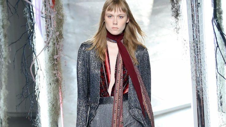 Schmale Schals sind 2015 ein Riesentrend in der Mode.