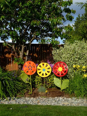 Hubcap yard decor- Want to make these for grandpa!
