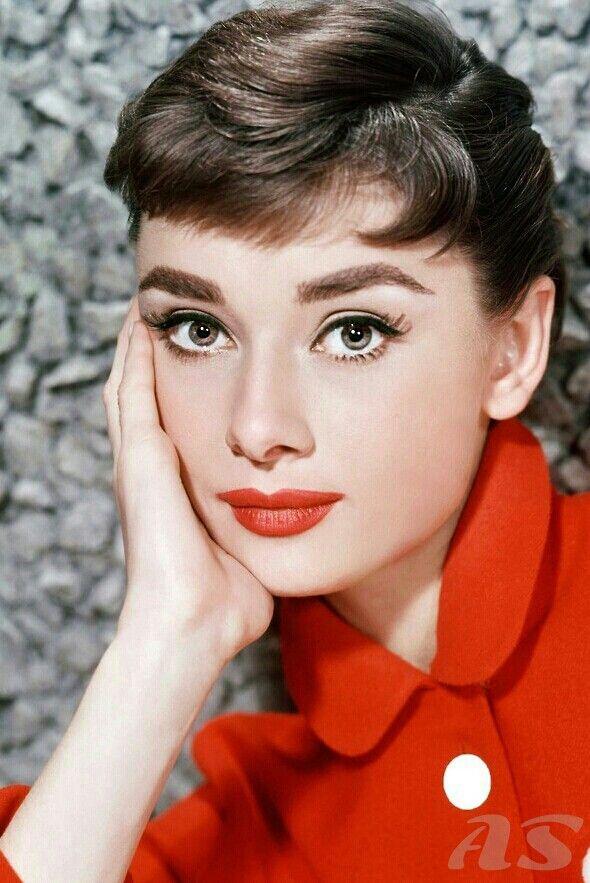 Audrey HepburnAudrey Hepburn nổi nên với hình tượng gamine (người phụ nữ mắt to, vóc dáng boyish thon thả nhỏ nhắn) và tóc ngắn pixie đặc trưng tương phản hoàn toàn. Phong cách mà Audrey lựa chọn là thanh lịch giản dị chứ không phải nóng bỏng gợi cảm.