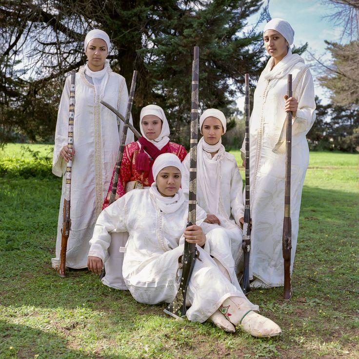 Depuis quelques années, de jeunes femmes bousculent les coutumes : ces cavalières, nouvelles amazones, tentent de s'imposer dans une discipline guerrière autrefois patriarcale.