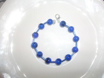 un joli bracelet avec des perles bleu marbrées Matériaux utilisés : Perle , Perle de verre  un joli bracelet avec des perles  fil élastique  pour la longueur dites moi le tour de votre poignet en commentaire pour privé à votre commande merci  envoyer en enveloppe papier bull