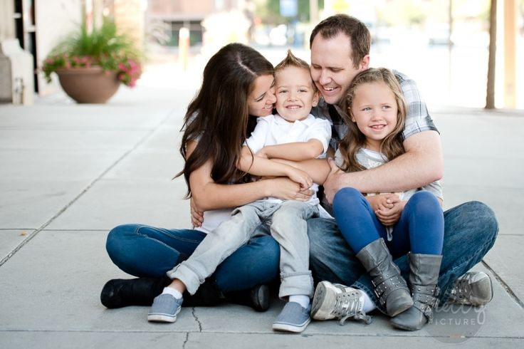 Great pose for family of Four. Urban Family photo shoot