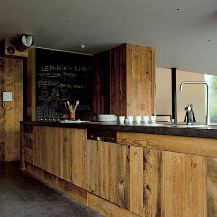 Une cuisine en bois dans un long comptoir