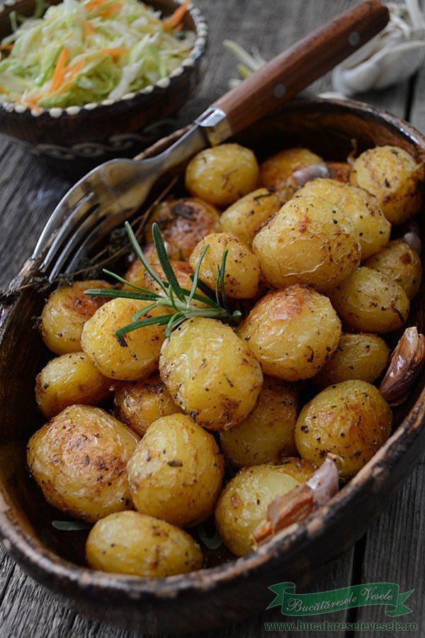 Cartofi noi la cuptor cu rozmarin si usturoi.
