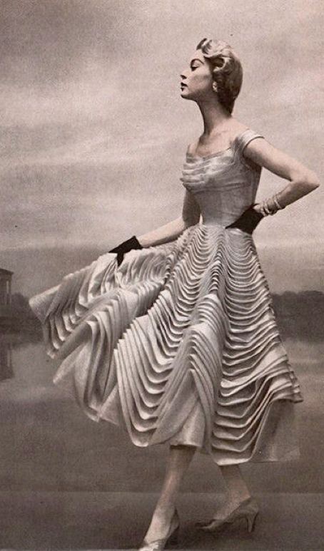 Jean Patchett in Ceil Chapman, photo Julius Garfinckel 1954