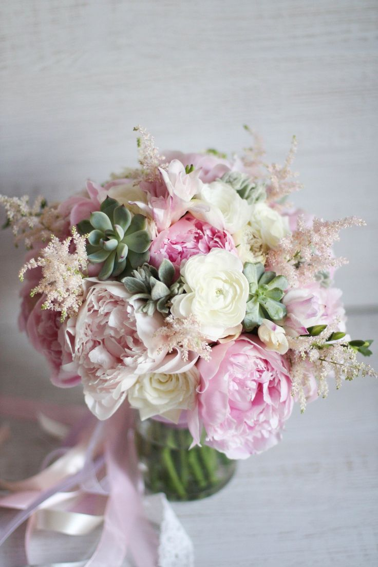 Чудесный и необычайно ароматный букетик из пионов, ранункулюсов, пионовидных роз, астильбы, фрезии, стахиса и малышей суккулентов. Радовал невесту Рузанну на ее большой и веселой армянской свадьбе. :)    Букет с любовью от