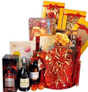 金玉满堂 Overflowing Riches. Hennessy VSOP(酒) 70cl, Luis Felipe Edwards Pupila Malbec(酒) 750ml, Monkeyhead Mushroom (猴頭菇) 180g, Abalone Rims (鲍鱼边) 180g, Fish Maw(鱼鳔) 120g, Superior Herbal Soup (药材汤) 80g, Macau Assorted Almond Cake (澳门杏仁饼) 160g, Wei Yuan Assorted Fruits Crisp Cake (綜合水果酥) 250g and Macau Cherry Pastry Tart (樱桃糕点) 282g.