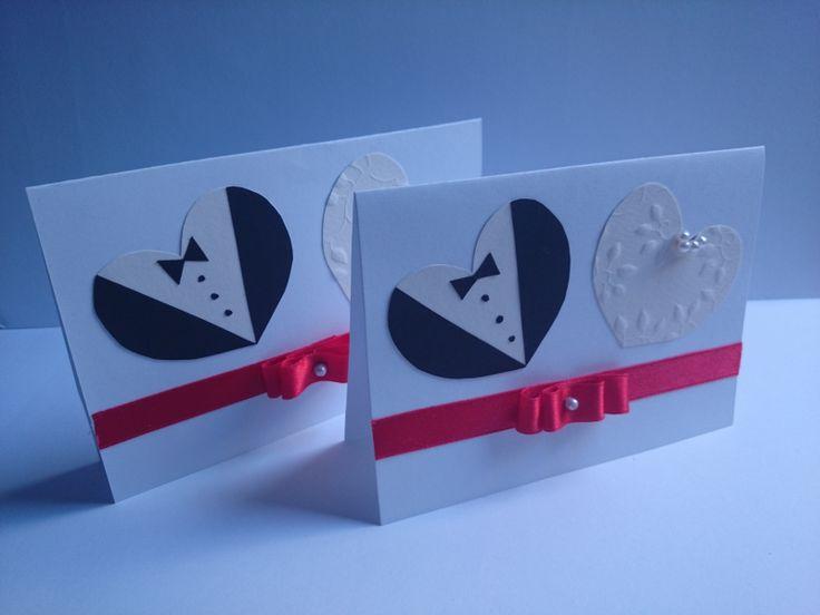 Tysiące ozdobnych kartek z życzeniami z okazji ślubu dostępnych jest w księgarniach i różnych sklepach. Są one projektowane są przez profesjonalnych grafików i produkowane na masową skalę w drukarniach. Z pewnością dużo więcej radości sprawi państwu młodym pomysłowa i ręcznie wykonana ozdobna kartka. Zobacz jak ją zrobić.