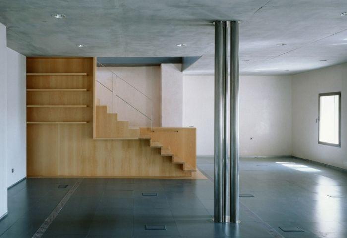 Diseño y fabricación de escalera-estantería en madera de haya blanca barnizada, barandilla de acero inoxidable