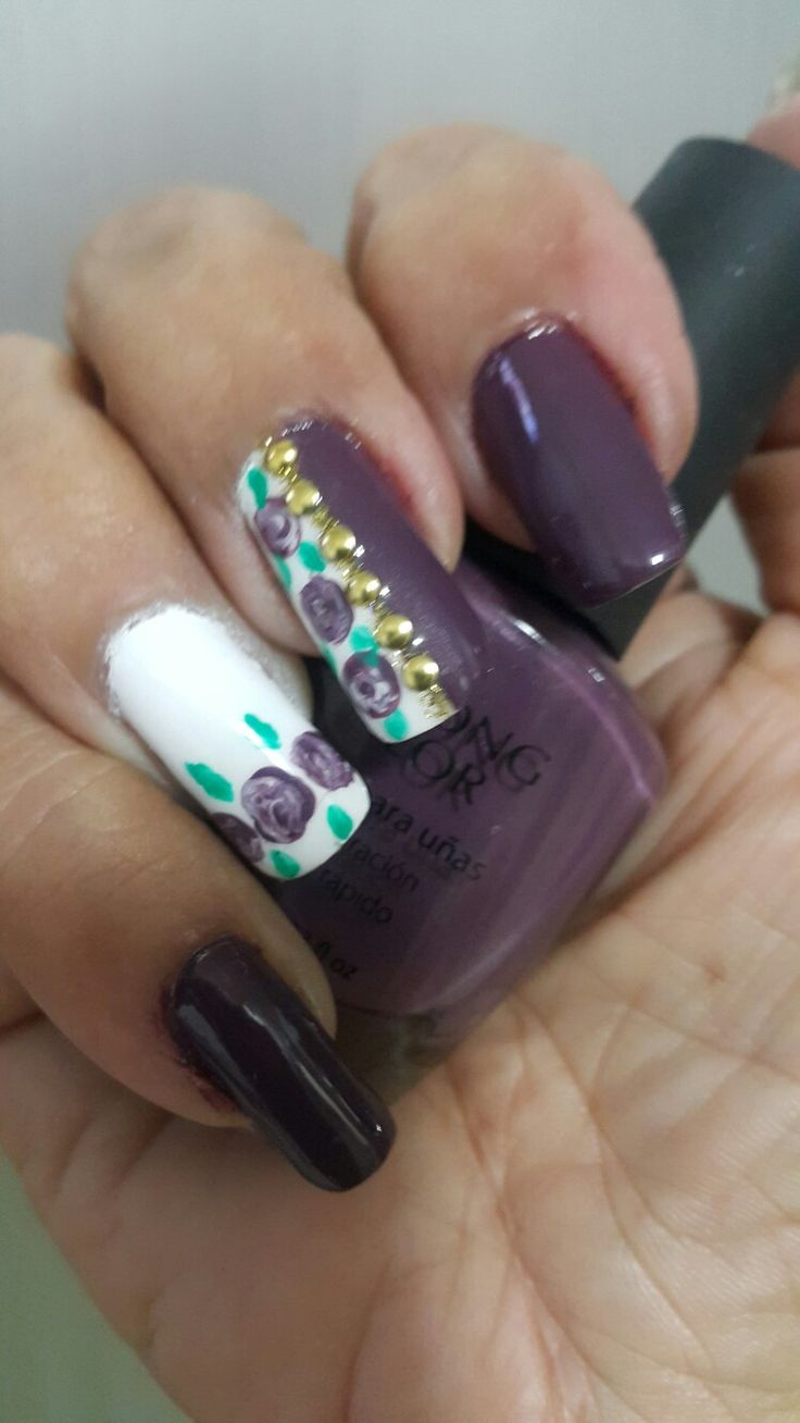 #nails.nails diseño con esmalte prolong  color.   Moradisimo de Yanbal