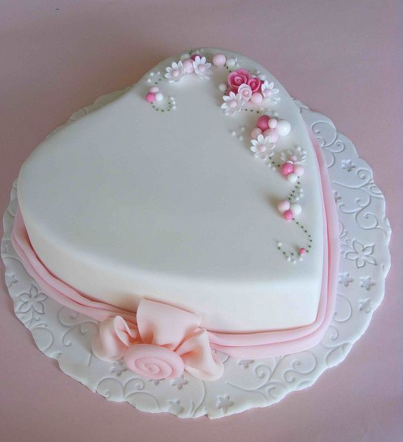 Pretty little heart cake.  Lovely.       ᘡղᘠ