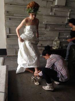 Cristina aiuta la modella nelle fasi di preparazione