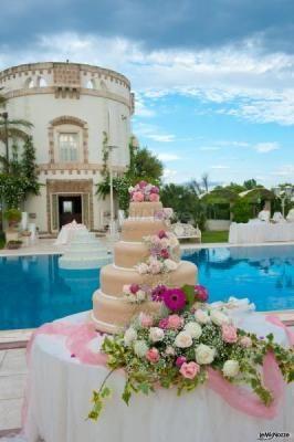 #torta nuziale servita vicino la piscina