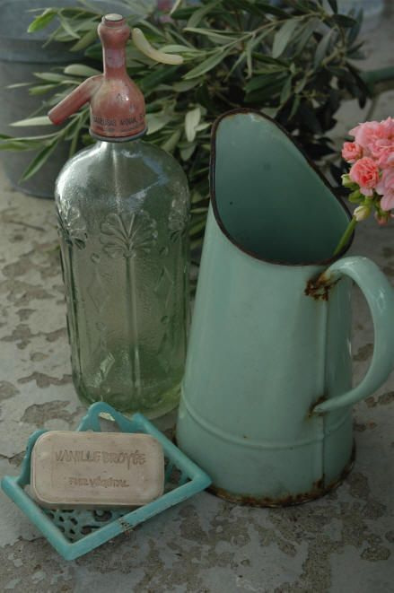 Love the aqua pitcher. :) Photo: Linnea's Hage