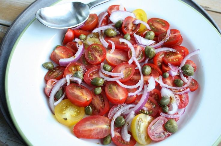 Een erg fijne paleo tomatensalade die perfect past bij een stukje gegrild vlees of vis. Bekijk hier het recept.