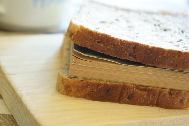 Βιβλιοφάγοι: όλοι εμείς που «τρώμε» βιβλία για πρωινό (και όχι μόνο)!  Θρεπτική αξία: τα βιβλία ενισχύουν τη σκέψη, τη φαντασία, την έκφραση, την ενσυναίσθηση…