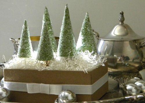 Volete stupire i vostri ospiti durante la cena di Natale con uno splendido centrotavola fatto di cristalli di sale? Allora questo è il tutorial che fa per voi.  L'occorrente è: cartoncino verde, bastoncini di legno (vanno bene quelli degli spiedini), sale grosso, colla vinilica, piatti di carta, forbici, nastro adesivo, una scarola, spugna da fioraio, carta paglia [...]
