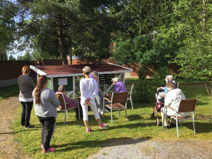 Päiväklubin porukkaa ihailemassa Kurjenmäen kanoja